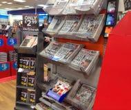 Kranten in een te kopen tribune Royalty-vrije Stock Afbeeldingen