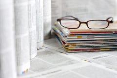 Kranten en tijdschriften achtergrondconcept Stock Afbeeldingen