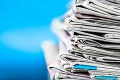 Kranten op de lijst met blauwe achtergrond worden en worden gestapeld gevouwen die Close-upkrant en selectief nadrukbeeld Tijd om royalty-vrije stock foto