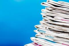 Kranten op de lijst met blauwe achtergrond worden en worden gestapeld gevouwen die De krant van de close-upstapel en selectief na stock foto's