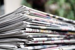 Kranten op de lijst met gardenor groene achtergrond die worden gevouwen en worden gestapeld Close-upkrant en selectief nadrukbeel stock foto
