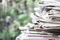 Kranten op de lijst met tuin worden en worden gestapeld gevouwen die Close-upkrant en selectief nadrukbeeld Tijd om concept te le royalty-vrije stock afbeeldingen