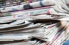 Kranten op de lijst worden en worden gestapeld gevouwen die Close-upkrant en selectief nadrukbeeld royalty-vrije stock fotografie