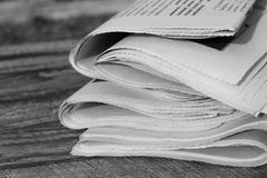 Kranten op oude houten achtergrond Zwart-wit schot Stock Afbeelding