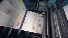 Krantendruk door drukpers bij drukhuis stock footage
