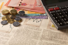 Kranteneffectenbeurs met calculator en geld Stock Afbeelding