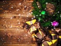 Kranz auf dem hölzernen Brett Eingewickelte Geschenkboxen Weihnachts- und des neuen Jahreskonzept Lizenzfreies Stockbild