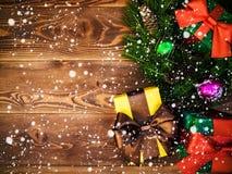 Kranz auf dem hölzernen Brett Eingewickelte Geschenkboxen Weihnachts- und des neuen Jahreskonzept Lizenzfreies Stockfoto