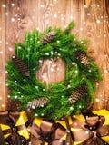 Kranz auf dem hölzernen Brett Eingewickelte Geschenkboxen Weihnachts- und des neuen Jahreskonzept Stockbild