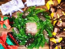 Kranz auf dem hölzernen Brett Eingewickelte Geschenkboxen Weihnachts- und des neuen Jahreskonzept Stockfotografie