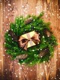 Kranz auf dem hölzernen Brett Eingewickelter Geschenkkasten Weihnachts- und des neuen Jahreskonzept Lizenzfreies Stockbild