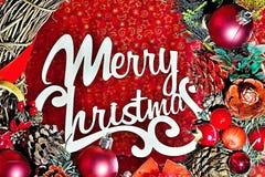 Kranz mit Weihnachtsdekorationen und -text: Frohe Weihnachten Stockfoto