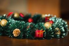 Kranz mit Weihnachtsspielwaren stockfotos