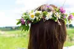 Kranz von Blumen auf dem Kopf der Frau Lizenzfreie Stockfotografie