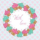 Kranz von den kleinen Kuchen Mit Liebeskarte Stockbilder