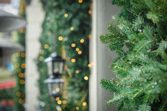 Kranzdekoration an der Tür für Weihnachtsfeiertag Stockfotos