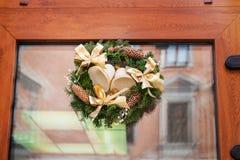 Kranzdekoration an der Tür für Weihnachtsfeiertag Lizenzfreie Stockbilder