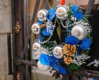 Kranzdekoration an der Tür für Weihnachtsfeiertag Stockbilder