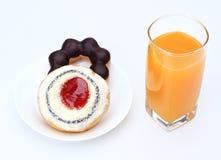 Krapfen und Orangensaft. Lizenzfreie Stockbilder