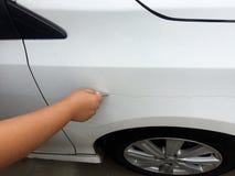 Kras de auto door de sleutels royalty-vrije stock afbeelding