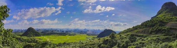 Kras góra i Uprawiać ziemię blisko Yangshuo krajobraz Fotografia Stock