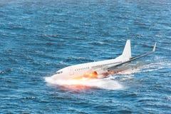 Krasch av flygplanet som faller in i havet, en explosion som slås, genom att plaska på vattnet royaltyfri fotografi