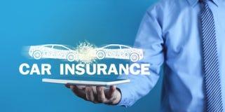 Krasch för bil för maninnehav två försäkring för bakgrundsbilbegrepp som isoleras över white royaltyfri fotografi