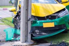 Krasch för bil för vägolycka på en stadsväg Stäng den främre bilen kolliderade med en så sträng olycka för maktpol det demolerat  arkivfoton