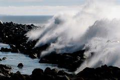Krasch för våg för Kalifornien Morro fjärdbrygga enorm royaltyfria foton