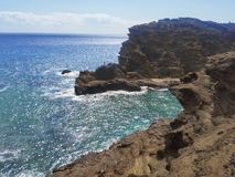 Krascha det blå havet och himmel för vågor på klippan i det Hawaii fotografiet arkivbild