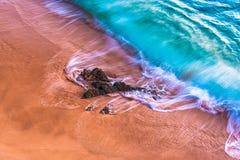 Krascha vågor mot sandig kust 2 royaltyfri bild