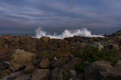 Krascha vågor på den Maine kusten Arkivbild