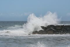 Krascha vaggar vågor på kusten royaltyfri foto