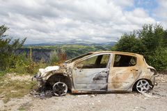 Kraschad bil i bergen av Montenegro Royaltyfri Bild