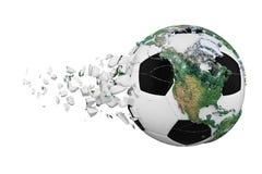 Kraschad bruten fotbollboll med begrepp för planetjordjordklot som isoleras på vit bakgrund Fotbollboll med realistiska kontinent stock illustrationer