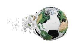 Kraschad bruten fotbollboll med begrepp för planetjordjordklot som isoleras på vit bakgrund Fotbollboll med realistiska kontinent royaltyfri illustrationer