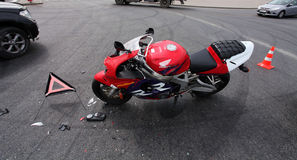 kraschad motorcykel arkivbilder