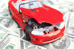 Kraschade bil och pengar Fotografering för Bildbyråer