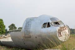 kraschlandat flygplan flygplanhaveri i djungeln - gammalt propellerflygplan i skog en flygplansvans i en flygplanskraschplats arkivfoton