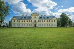 Kraslava, Λετονία Παλαιό κίτρινο κάστρο Φωτογραφία ταξιδιού Ουρανός και πράσινος Στοκ Εικόνες