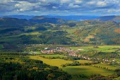 Krasnany-Stadt von Mala Fatra-Berg FView des Abenddorfs von den Bergen in Slowakei Gebirgswald mit Sturmcl Stockfotos