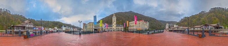 KRASNAYA POLYANA, SOCHI, RÚSSIA - 20 DE ABRIL DE 2015: 360 graus de panorama do recurso de Rosa Khutor Imagem de Stock Royalty Free