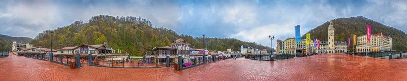 KRASNAYA POLYANA, SOCI, RUSSIA - 20 APRILE 2015: 360 gradi di panorama della località di soggiorno di Rosa Khutor Fotografia Stock
