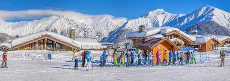 KRASNAYA POLYANA, SOTCHI, RUSLAND - JANUARI 31, 2016: Een lijn van skiërs en snowboarders op het slepen heffen op Skitoevlucht La Stock Afbeelding