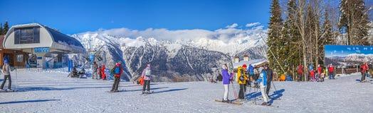 KRASNAYA POLYANA, SOTCHI, RUSLAND OP 31 JANUARI, 2016: De mensen ski?en op hellingen van het alpiene ski?en complexe GAZPROM Dich Royalty-vrije Stock Afbeelding