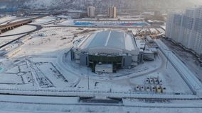 Krasnoïarsk, Russie - 20 janvier 2019 : stade d'arène de glace pour l'hiver Universiade 2019 dans Krasnoïarsk Silhouette d'homme  banque de vidéos