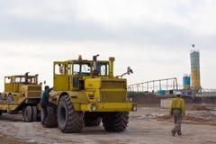 Krasnoarmeysk, Ukraine - 18 octobre 2012 : Conducteur et construction de tracteur Photographie stock libre de droits