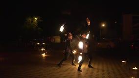 Krasnodar, Ρωσία - 2 Ιουνίου 2018: οι αρσενικοί καλλιτέχνες χορεύουν τη νύχτα απόδοση με την πυρκαγιά απόθεμα βίντεο