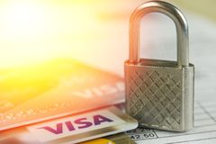Krasnodar, Ρωσία - 30 Οκτωβρίου 2017: Προστασία της πιστωτικής θεώρησης και των κύριων καρτών ενάντια στις επιθέσεις χάκερ Στοκ φωτογραφία με δικαίωμα ελεύθερης χρήσης