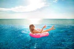 Krasnodar Gegend, Katya Frau im Bikini auf der aufblasbaren Donutmatratze im BADEKURORT-Swimmingpool stockfoto